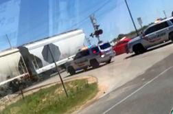 برخورد قطار با ماشین پلیس حین ماموریت + فیلم