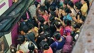 ازدحام باورنکردنی مردم در ایستگاه مترو بمبئی