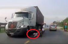 فداکاری مادر شجاع برای جلوگیری از لهشدن فرزندش زیر کامیون