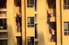 عملیات خطرناک دو شهروند چینی برای فرار از آپارتمان در حال سوختن