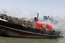 آتش سوزی هولناک در موتور لنج باری در بندر گناوه