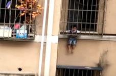 اقدام خطرناکی که کودک چینی در نبود والدینش انجام داد