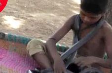 تفریح خطرناک پسر ۷ ساله هندوستانی با مارها!