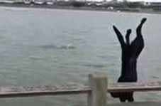 پشتک زدن دیدنی یک سگ در دریا