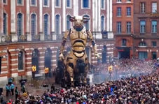 قدرت نمایی بزرگترین رباتهای جهان در مقابل هزاران شهروند فرانسوی