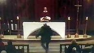 حمله با سلاح سرد به کشیش حین پخش زنده تلویزیونی!