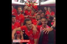 جشن و پایکوبی بازیکنان پرسپولیس در اتوبوس