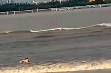 لحظه وحشتناک غرق شدن شناگر چینی توسط امواج رودخانه!