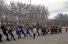 مسابقه طنابکشی هواداران استقلال و پرسپولیس در آزادی