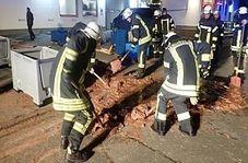 عملیات عجیب آتشنشانها برای نجات یک خیابان از دست شکلاتهای رها شده