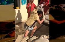 حمل بار توسط مرد چینی با داشتن تنها یک پا