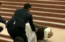 لحظه سقوط نخست وزیر هند روی پلهها