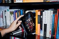 دوربین مخفی جالب از انتخاب مردم بین کتاب و اینترنت رایگان