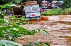 بلعیده شدن کامیون توسط رودخانه خروشان
