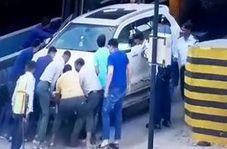 راننده دیوانه خودروی شاسی بلند به مردمی که به کمکش امده بودند هم رحم نکرد+ فیلم